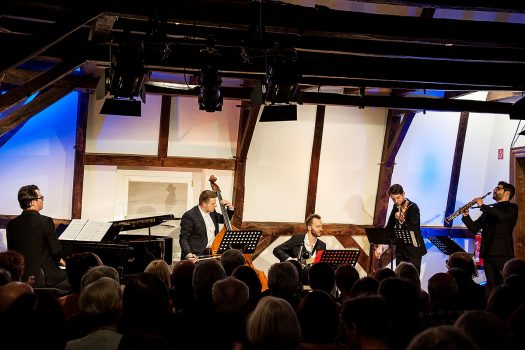 Fast die Originalbesetzung des legendären Quintetto Piazzolla (Bandoneon, Geige, Klavier, Kontrabaß und E-Gitarre) – aber anstelle des Bandoneon bringt Fabian Müller am Altsaxofon eine neue Klangfarbe ins Spiel. Fotos: Vera Marzinski
