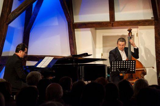 Als hervorragende Musiker zeigten sich Daniel Heide am Flügel und Bassist Matthias Eichhorn – sie waren kurzfristig eingesprungen.