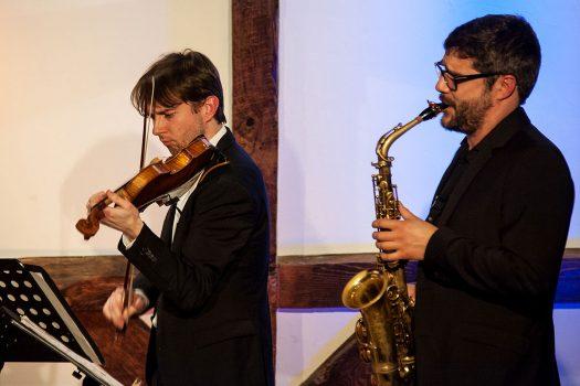 Zur brillanten Stammbesetzung gehören (v.l.) Maximilian Junghans (Violine) und Altsaxophonist Fabian Pablo Müller – außerdem E-Gitarrist Karl Epp.