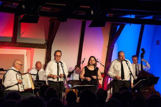 Sieben Musiker aus dem Oberbergischen nahmen die Burghausgäste mit auf eine musikalische Zeitreise - Foto: Vera Marzinski