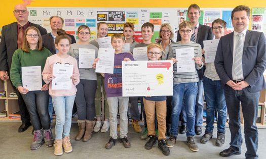 Der SoWi-Kurs freut sich mit seinen Gästen und zeigt stolz seine Urkunden. Foto: Andreas Kirchhoff