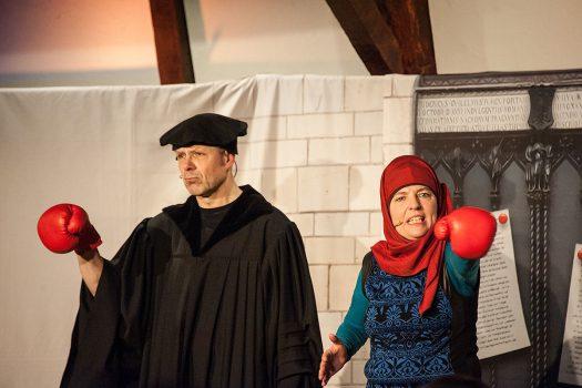 Wolfram Behmenburg als Luther und Ulrike Behmenburg als Fatime im Glaubenskampf - Foto: Vera Marzinski