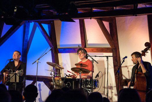 Trotz Karneval kamen sie einen Tag vor Weiberfastnacht aus Kölle nach Bielstein: das JP Weber Trio. Foto: Vera Marzinski