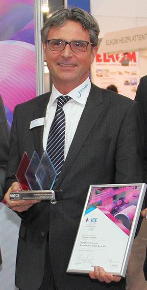 KAMPF-Geschäftsführer Lutz Busch nimmt den Preis stolz entgegen