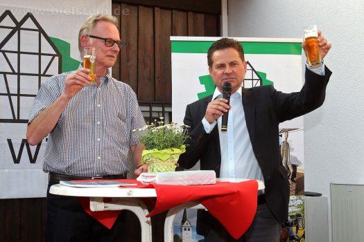 """Sparkassendirektor Hartmut Schmidt und Bürgermeister Ulrich Stücker. Foto: <a href=""""http://www.photo-melzer.de/bielstein/2017/0620-ehrenamtstag.html"""">Christian Melzer</a>"""