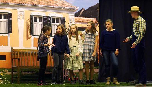 Die jungen Schauspieler, von links nach rechts: Luisa Zemaj, Mara Kessmann, Anna-Sophie Wolff, Alina-Marie Zils, Jana Kessmann und Jannis Schoger