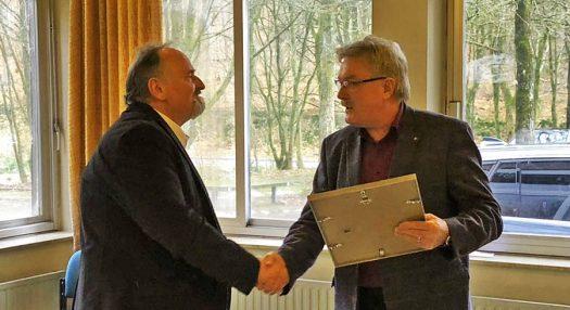 Walter Bierögel und Franz Klünenberg bei der Übergabe der Urkunde