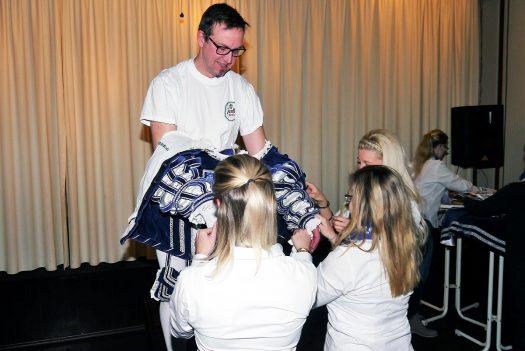 Prinz Peter I. wird unterstützt durch Vertreterinnen der Bielsteiner Tanzmäuse schnell und fachgerecht entkleidet. Foto: W. Wengefeld