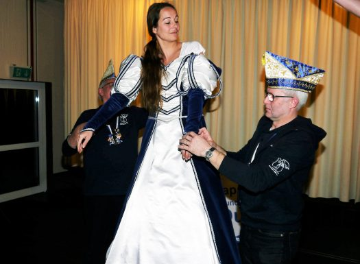 Vertreter des Elferrates helfen Prinzessin Melanie beim entkleiden. Foto: W. Wengefeld