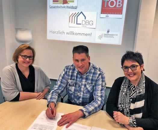 Von links: Frau Anja Kottmann (TOB), Herr Frank Mistler (DBG) und Frau Kirsten Wallbaum-Buchholz (GE Waldbröl)