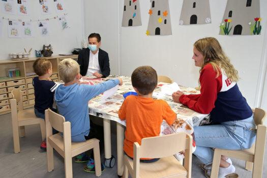 Beim Bild malen für den Bürgermeister waren die Kinder sofort dabei.