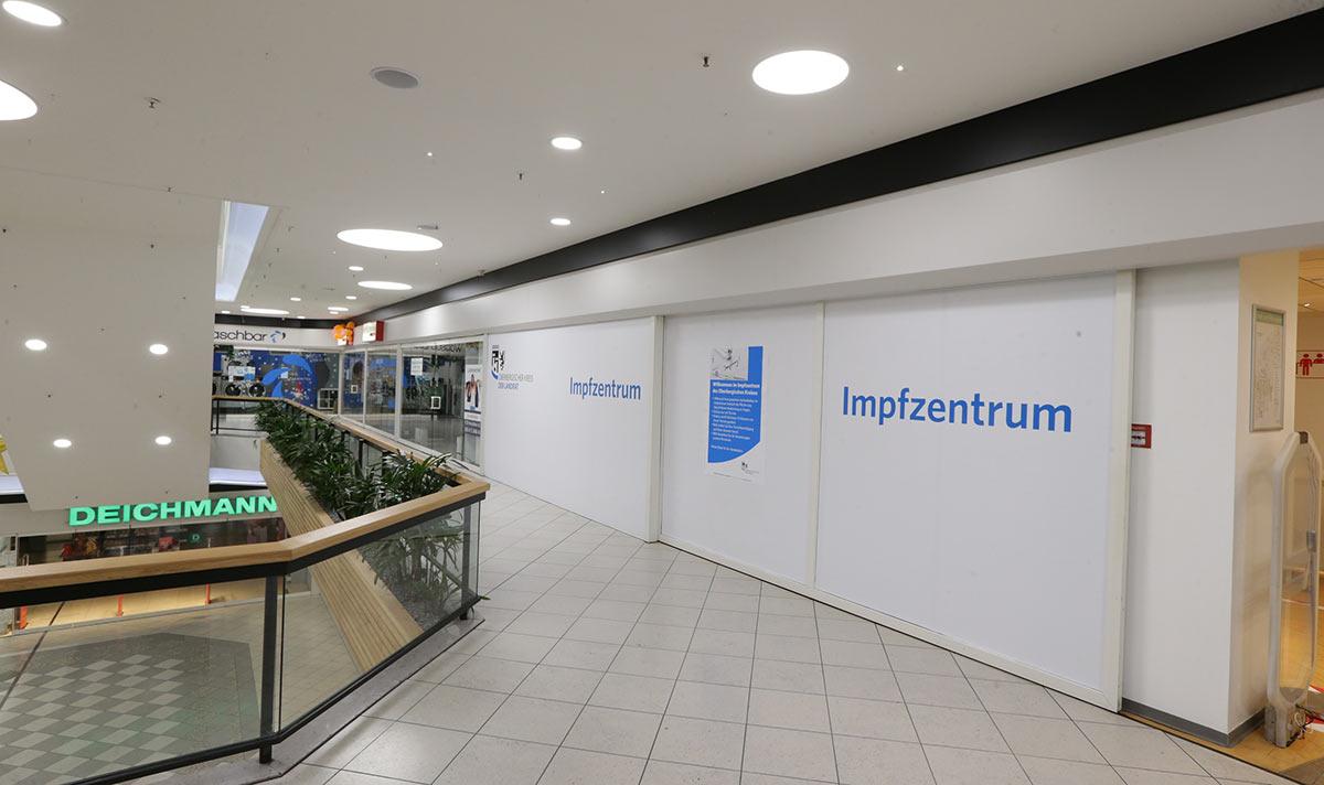 Das Impfzentrum des Oberbergischen Kreises befindet sich im Einkaufszentrum Bergischer Hof im ehemaligen Kaufhaus Karstadt. Fotos: OBK