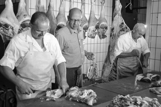 Produktionsräume der Metzgerei Müller (Foto wurde vor der Pandemie aufgenommen). Von links: Metzgermeister Stefan Engelberth, Metzgermeister Herbert Müller, Metzgergeselle Lothar Zuther. Foto: Schruhl