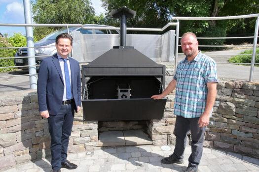 Die Grillstation ist auch als Feuerstelle nutzbar, wovon sich Bürgermeister Stücker und Dorfvereinsvorsitzender Holger Bohle überzeugten.