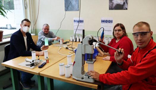 Marcell Jansen zu Besuch in der BWO-Gruppe, in der die CO2-Ampeln für seinen HygieneCircle produziert werden. Fleißig an der Arbeit sind (v.li.) Dieter Seidel, Nina Lewitz und Michael Zießow